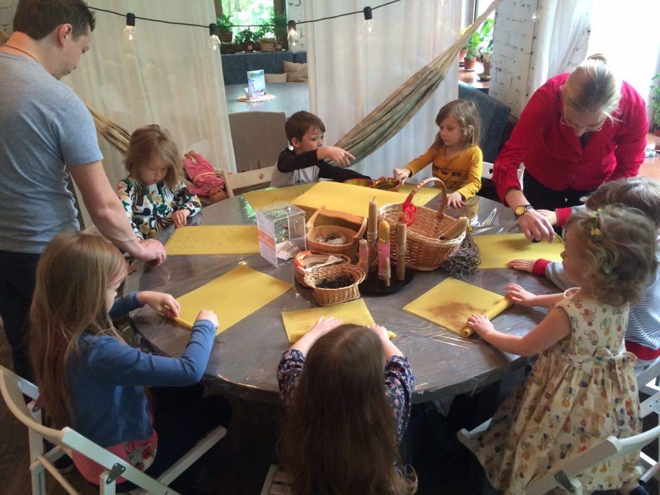 Дети делают свечи из вощины